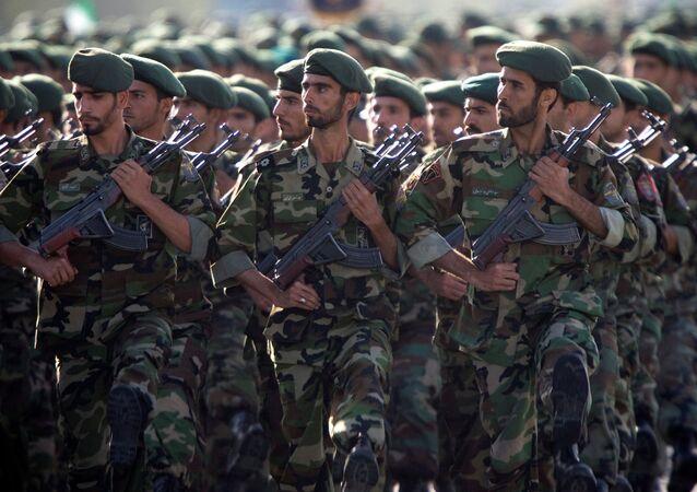 Militares do Corpo de Guardiões da Revolução Islâmica (CGRI) marcham durante uma parada militar em homenagem à Guerra Irã-Iraque, de 1980-1988