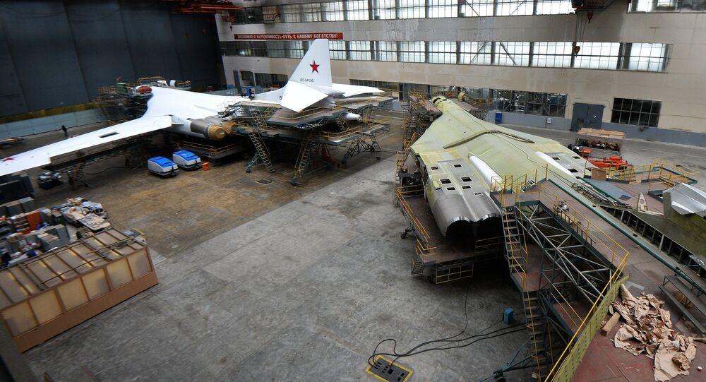 Os bombardeiros estratégicos russos Tu-160 durante a renovaçaõ da fábrica de Kazan