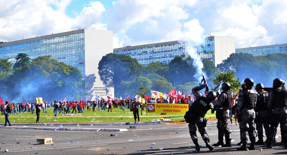 Confrontos entre policiais e manifestantes durante protesto contra o governo em Brasília, em maio de 2017