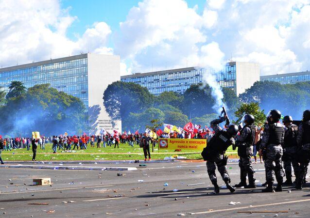 Confrontos entre policiais e manifestantes durante protesto contra o governo em Brasília