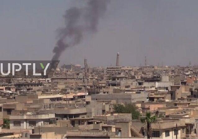 Fumaça é vista saindo da mesquita de Al-Nuri, em Mossul, no Iraque