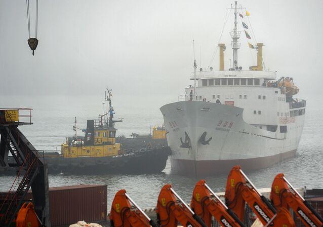O navio de carga e passageiros norte-coreano Man Gyong Bong no porto de Vladivostok (foto de arquivo)
