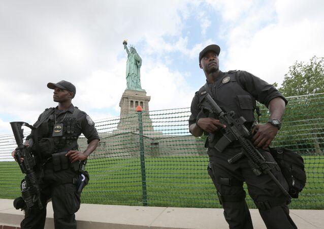 Polícia dos Estados Unidos vigia a Estátua da Liberdade em Nova York