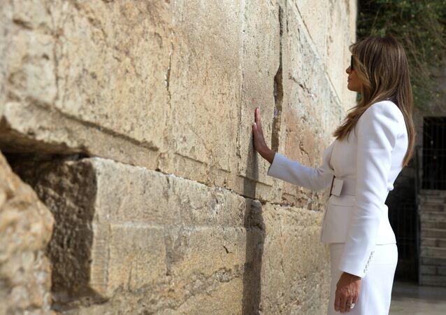 A primeira-dama dos EUA, Melania Trump, perto do Muro das Lamentações em Jerusalém
