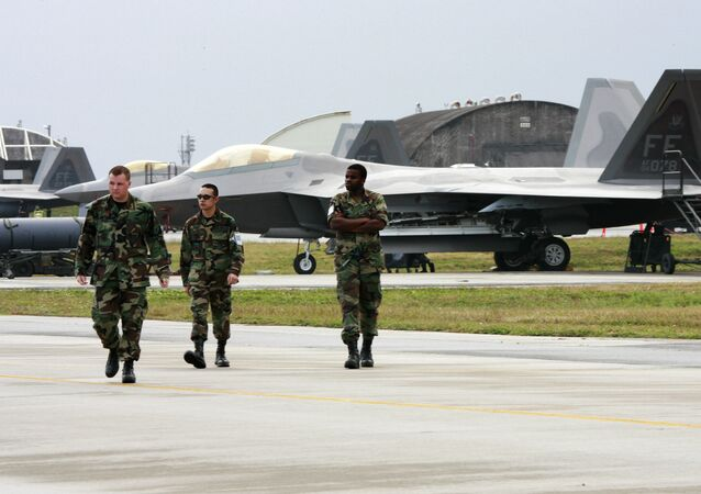 Militares norte-americanos junto a caças F-22A Raptor da Força Aérea dos EUA na base militar estadunidense, na ilha de Okinawa, Japão