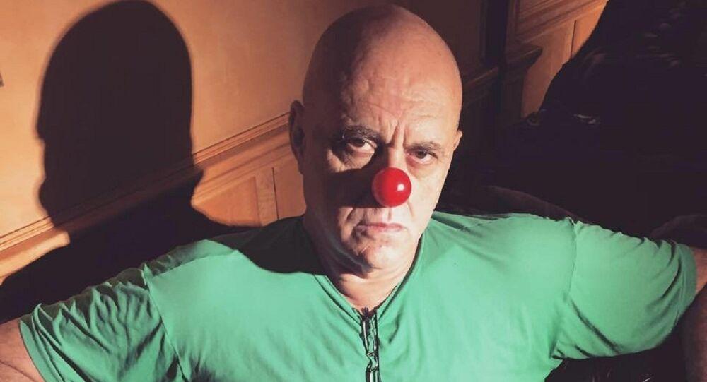 Empresário Oscar Maroni usa um nariz de palhaço para protestar contra a classe política brasileira
