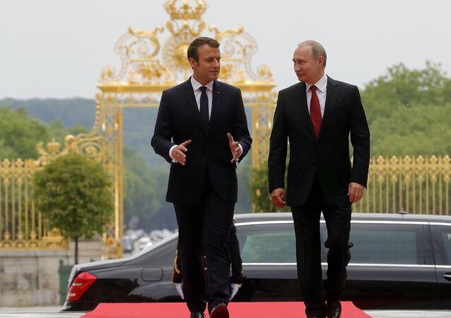 O presidente russo Vladimir Putin e o presidente francês Emmanuel Macron reuniram-se no Grand Trianon do Palácio de Versalhes em Paris, 29 de maio de 2017