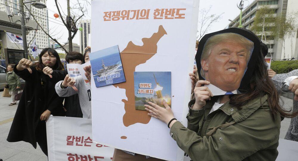 Manifestantes sul-coreanos seguram cartazes do presidente dos EUA, Donald Trump, e imagens do porta-aviões norte-americano USS Carl Vinson e sistema de defesa antimíssil THAAD durante protestos contra implantação do sistema de defesa antimíssil THAAD no território do país, Seul, Coreia do Sul