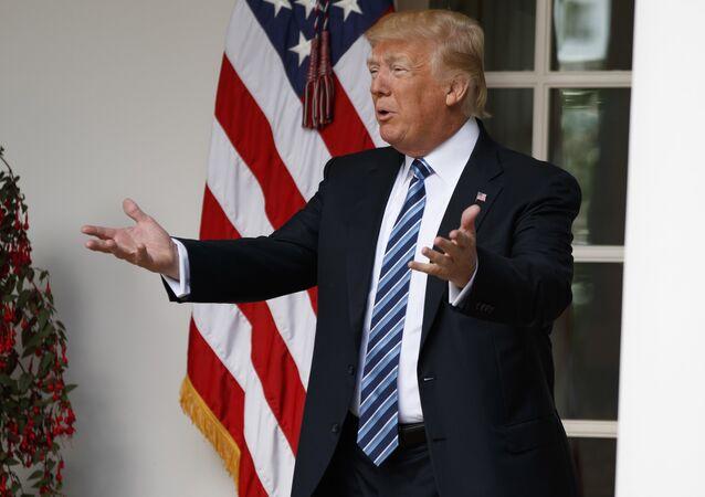 O presidente Donald Trump falando com jornalistas na Casa Branca, em Washington, em 2 de maio de 2017