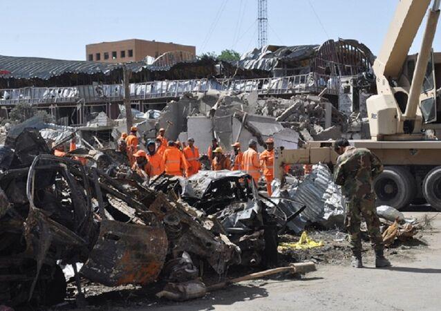 Equipes de resgate trabalham no local da explosão em Cabul, em 31 de maio de 2017