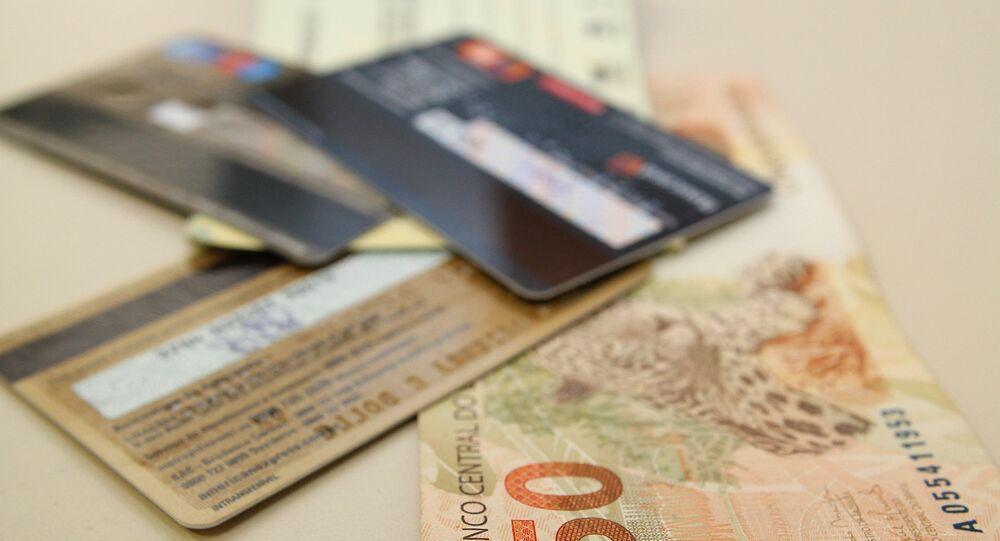 Famílias brasileiras continuam com elevado endividamento