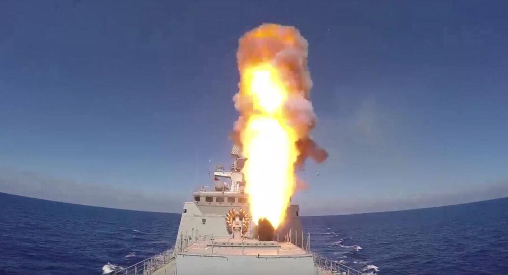 Marinha da Rússia dispara mísseis de cruzeiro Kalibr contra as posições do Daesh na Síria