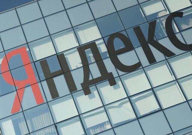Logo do Yandex no escritório da empresa em Moscou