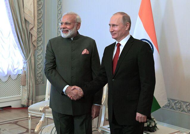 O primeiro-ministro da Índia, Narendra Modi, e o presidente russo, Vladimir Putin, durante o encontro bilateral nas margens de Fórum Econômico Internacional de São Petersburgo 2017