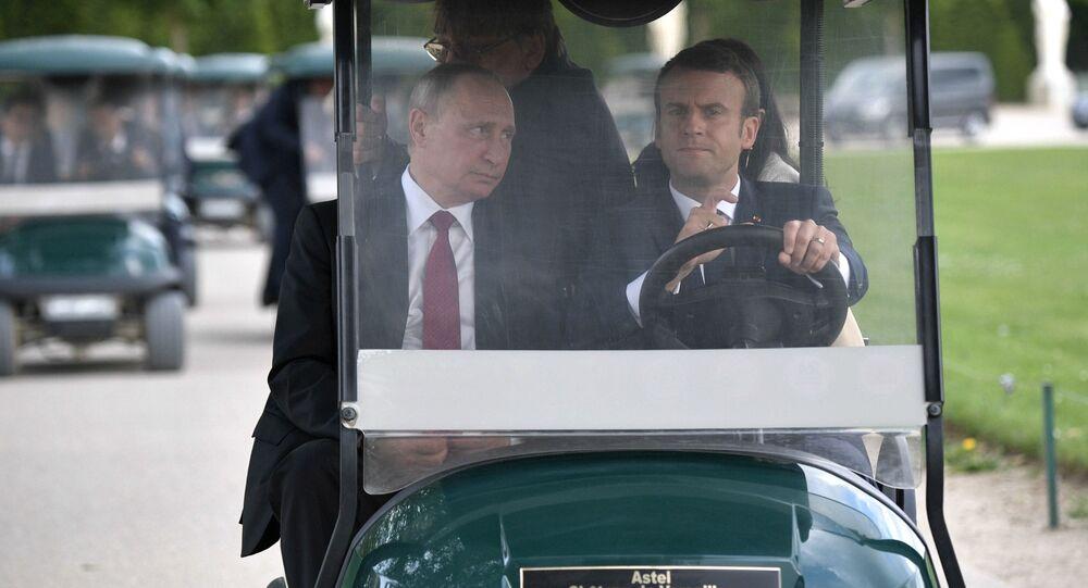 """O presidente russo, Vladimir Putin, e seu homólogo francês, Emmanuel Macron, antes da visita à exposição """"Pedro I. Czar na França. Ano de 1717"""" no Palácio de Versalhes, em Paris."""