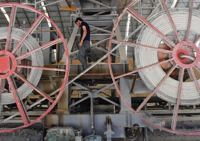 Uma fábrica de cimento nos arredores da cidade síria de Tartus