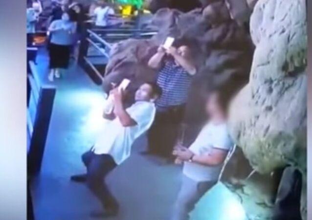 Turista destrói estalagmite antiga com apenas três golpes