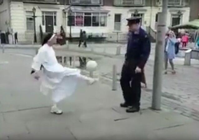 Freira e policial batem bola em Limerick, Irlanda
