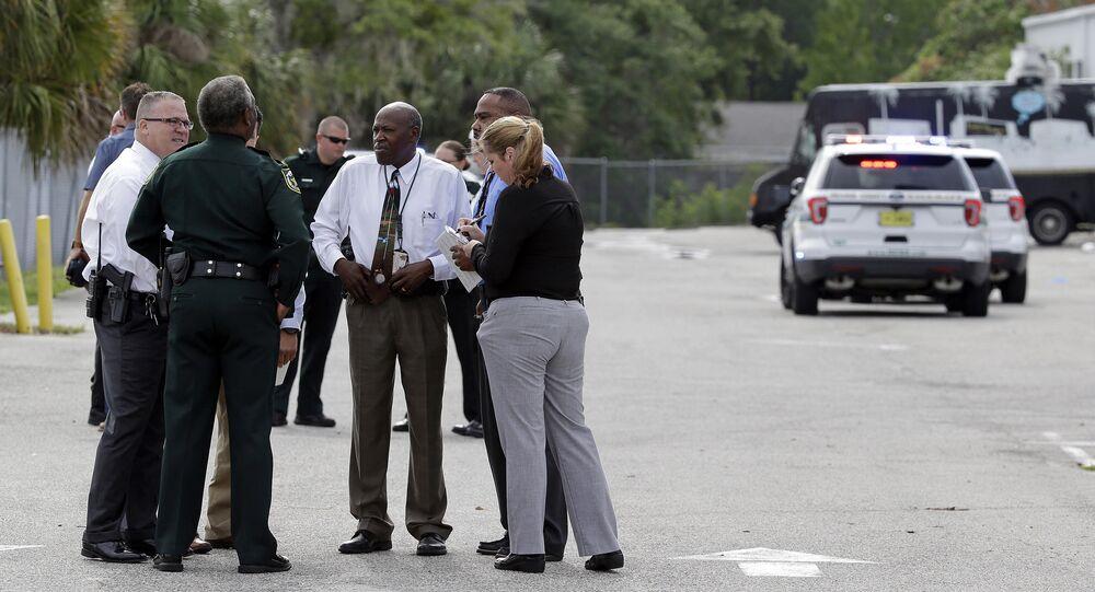Autoridades se reúnem perto do local onde o veterano John Robert Neumann Jr. assassinou cinco pessoas e cometeu suicídio neste 5 de junho de 2017, em Orlando, na Flórida