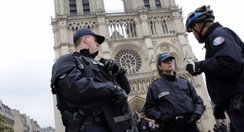 Policiais franceses perto de Notre-Dame de Paris
