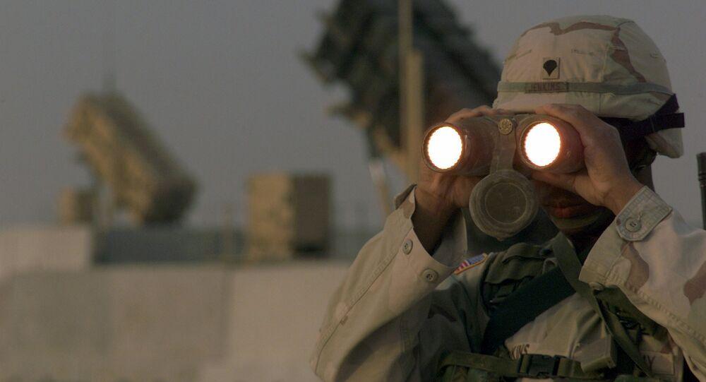 Soldado norte-americano usa binóculos na base  Al-Udeid AB, no Qatar (foto de arquivo)