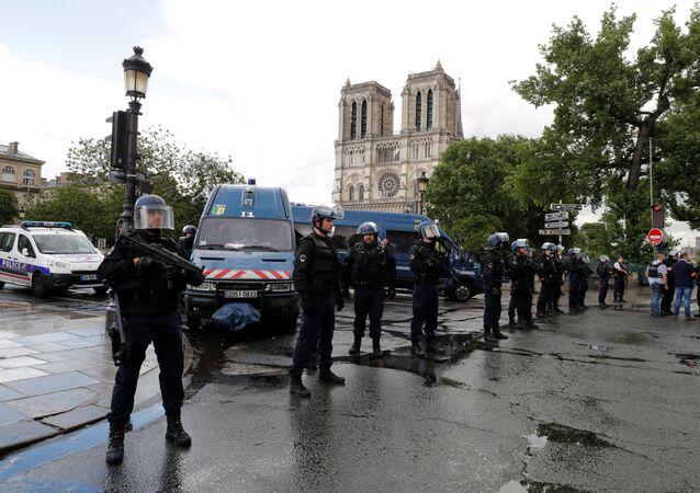 Agentes de polícia ocupam o centro de Paris após ataque perto da Catedral de Notre-Dame (arquivo)