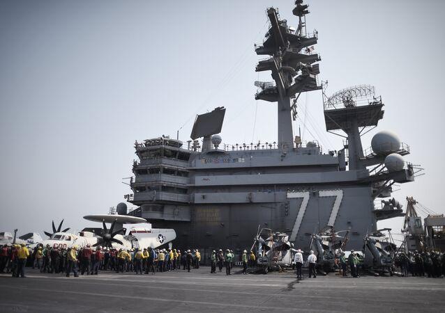 Marinheiros no convés do porta-aviões USS George H.W. Bush (CVN 77), no Golfo Pérsico