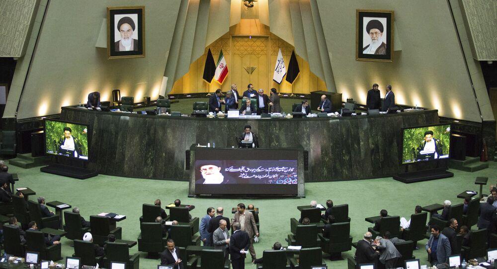 No parlamento do Irã, o ministro da Inteligência, Mahmoud Alavi (no centro), responde a perguntas dos deputados, em 25 de outubro de 2016