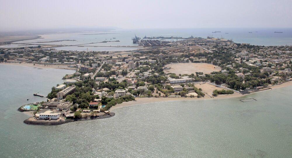 Vista aérea do Djibuti, mais um país que reduziu o nível de laços diplomáticos com o Qatar