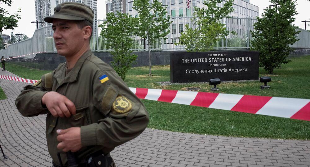 Um membro da Guarda Nacional da Ucrânia vigiando em frente à embaixada dos EUA em Kiev, em 8 de junho de 2017