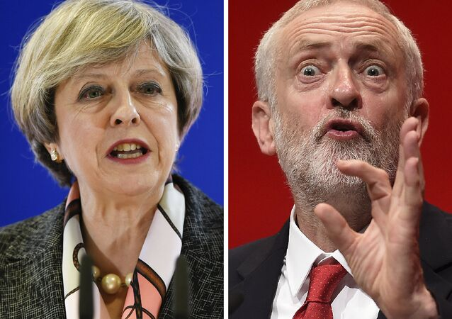 Uma combinação de imagens mostra que a primeira ministra britânica e a líder do Partido Conservador, Theresa May em conferência de imprensa durante uma Cúpula Europeia na sede da UE em Bruxelas em 9 de março de 2017, e a principal oposição britânica, o trabalhista, Jeremy Corbyn, falando no quarto dia da conferência anual do Partido Trabalhista em Liverpool, noroeste da Inglaterra em 28 de setembro de 2016.