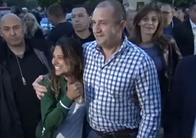 Turista brasileira tira uma fotografia ao lado do presidente búlgaro Rumen Radev, que visitava o povoado de Strandzha, no sudeste do país