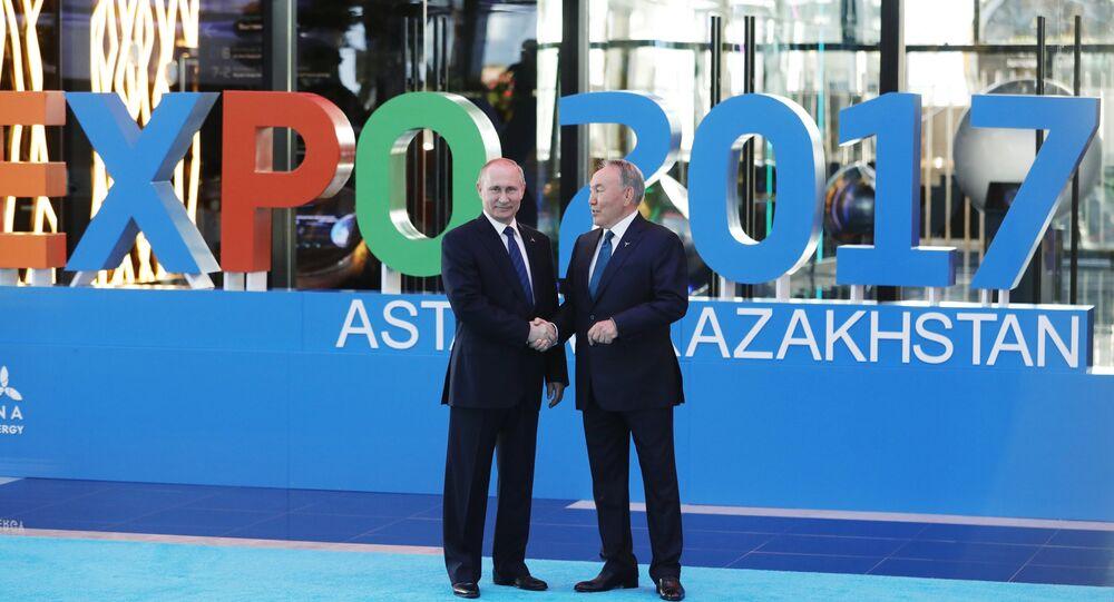 O presidente da Rússia Vladimir Putin (à esquerda) com o presidente do Cazaquistão Nursultan Nazarbayev na cerimônia solene de abertura da mostra internacional Expo 2017