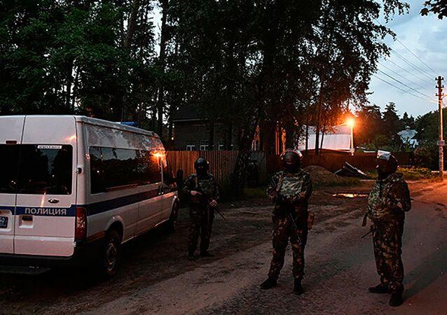 Polícia russa cerca uma casa onde está um homem que abriu fogo contra pessoas que estavam na rua, matando pelo menos quatro delas