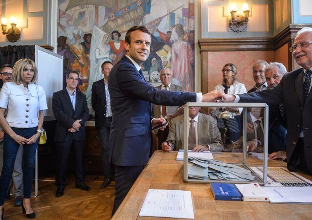 O presidente francês Emmanuel Macron vota em um ds círculos eleitorais na comuna Le Touquet-Paris-Plage, no âmbito do primeiro turno das legislativas em 11 de junho de 2017