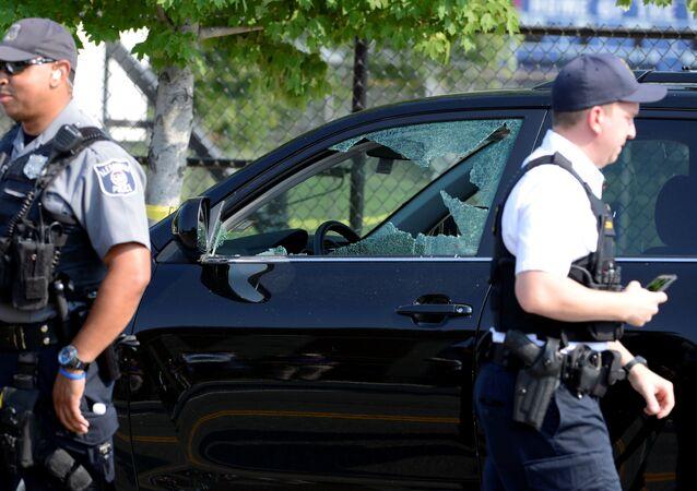 Polícia isola a cena do tiroteio, ocorrido em Alexandria, Virgínia, EUA, 14 de junho de 2017
