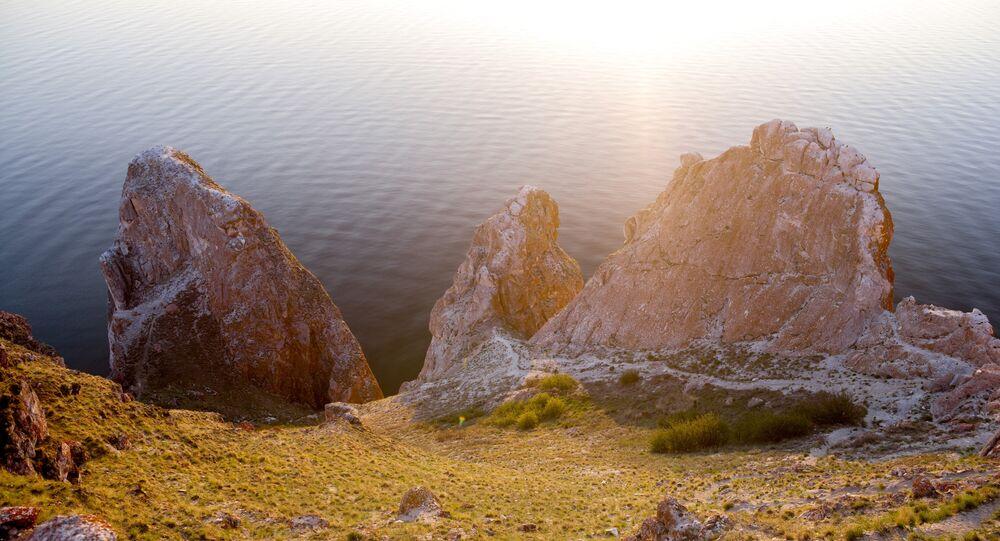 O cabo Sagan-Khushun, Cabo Branco, em buriato, na ilha de Olkhon, no lago Baikal