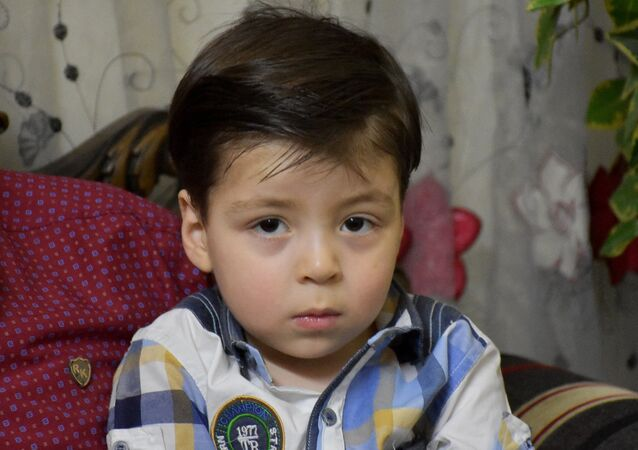 O menino sírio, Omran Daqneesh, em sua nova casa em Aleppo, em 6 de junho de 2017