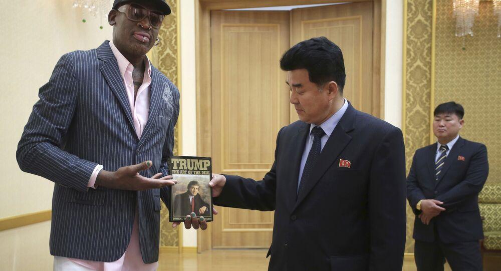 Rodman entrega o livro A Arte do Negócio para o ministro do esporte Kim Il Guk