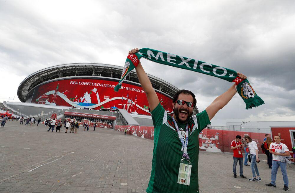 Torcedor do México posa fora do estádio antes do jogo da Copa das Confederações 2017 contra Portugal.