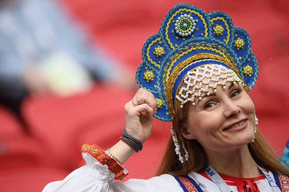 Torcedora da Rússia na partida entre Portugal e o México na Kazan Arena, em Kazan, pela Copa das Confederações 2017.