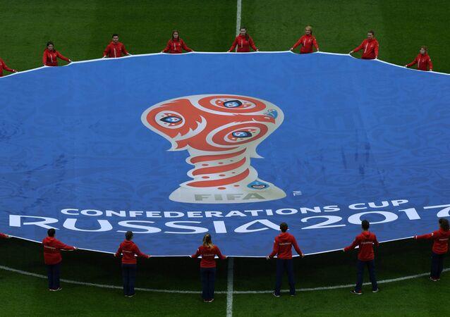 O logotipo da Copa Confederações de 2017 é disposto no gramado antes da partida de futebol entre a Rússia e a Nova Zelândia no Estádio Krestovsky, em São Petersburgo.