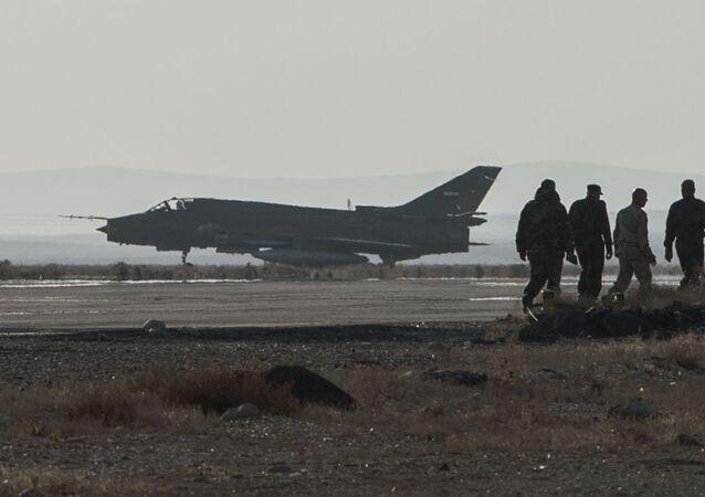 Avião Su-22 da Força Aérea síria na base de Homs (foto de arquivo)