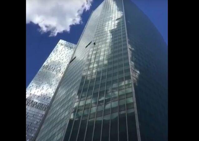 'Homem-Aranha' russo escala prédio de 72 andares sem proteção