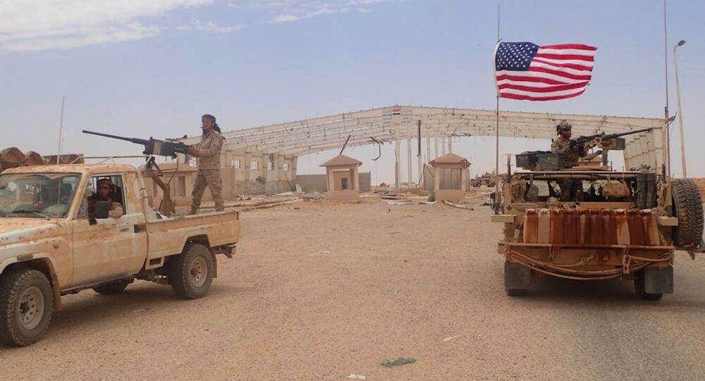 Militares americanos e rebeldes do Maghaweer al-Thawra, apoiado pelos EUA, em Al Tanf, no sul da Síria