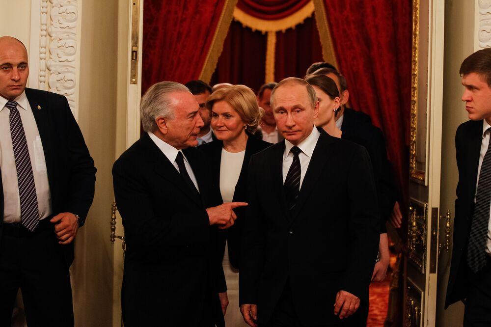 Brasileiro Michel Temer e russo Vladimir Putin conversam durante encontro na apresentação do Balé Bolshoi, em Moscou, na Rússia