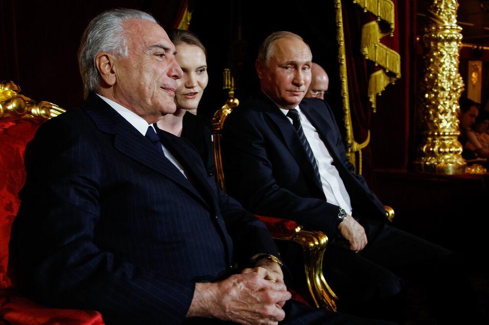 Presidente brasileiro Michel Temer e presidente russo Vladimir Putin conversam com a ajuda de uma intérprete durante a apresentação do Balé Bolshoi, em Moscou, na Rússia