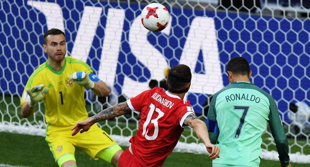 Cristiano Ronaldo cabeceia para marcar o gol único da vitória de Portugal sobre a Rússia pela segunda rodada da Copa das Confederações de 2017