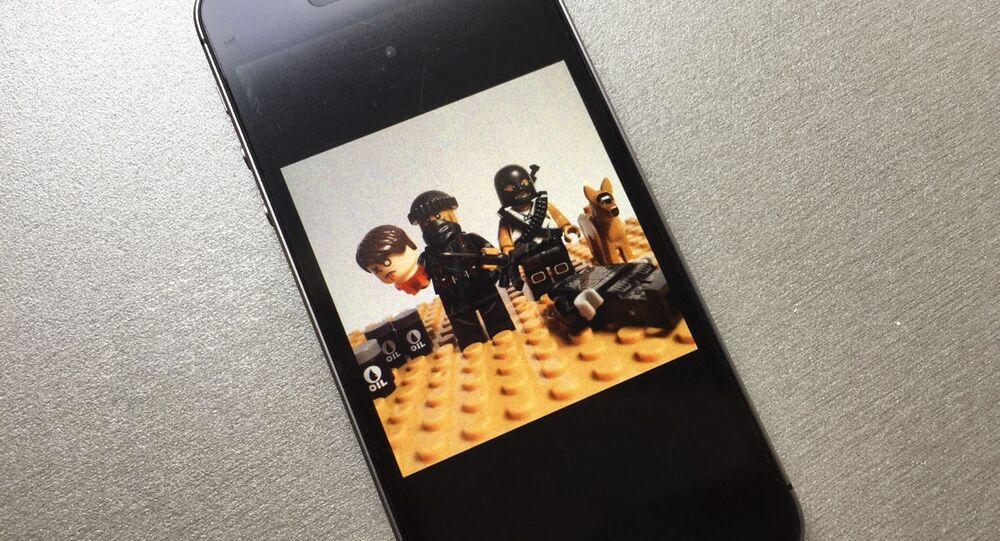 Foto das peças do kit LEGO falso com personagens terroristas do Daesh