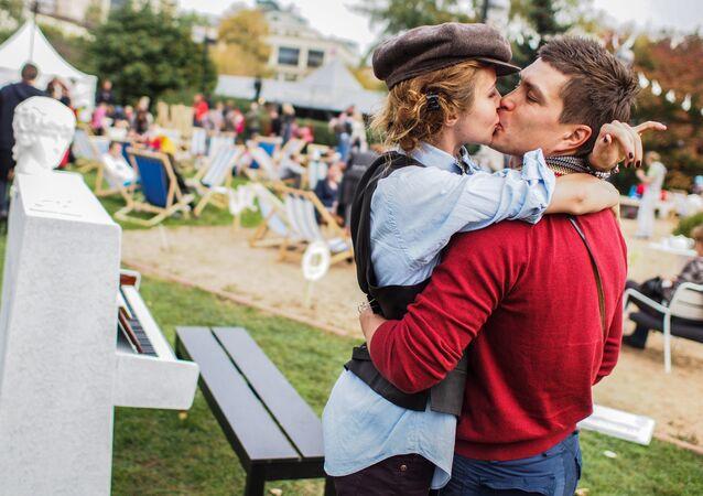 Um casal se beijando num parque